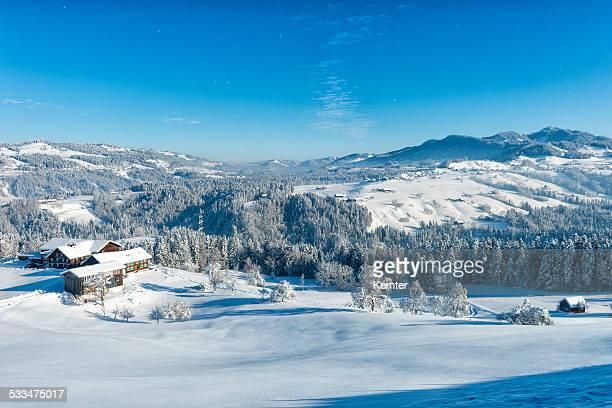 winter-landschaft mit bauernhof und einige schneeflocken - vorarlberg stock-fotos und bilder
