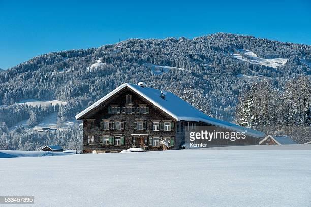 冬の風景、古いハウス - フォアアールベルク州 ストックフォトと画像