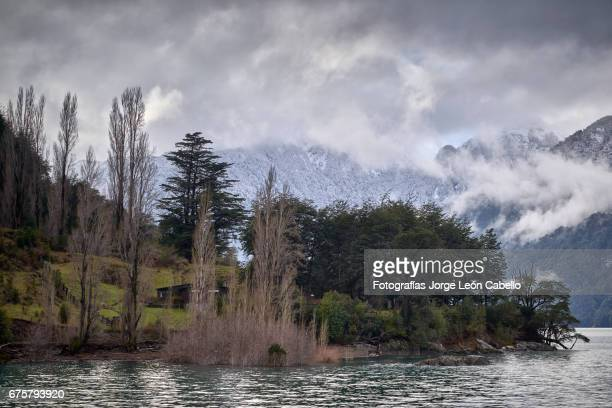 winter mood over the shores of lake todos los santos during de andean lake crossing - azul turquesa stockfoto's en -beelden