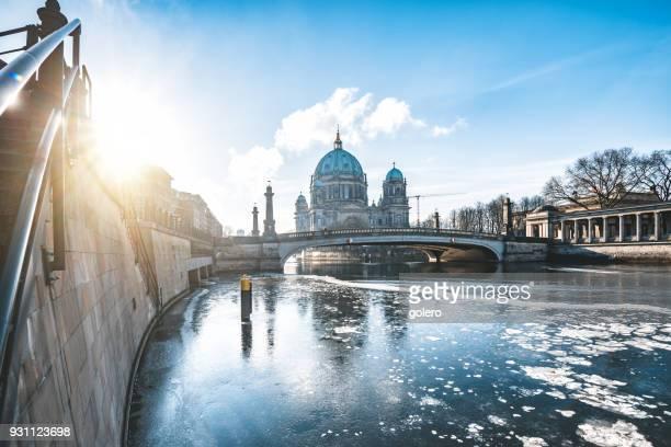 mañana de invierno en berlín histórico - cultura europea fotografías e imágenes de stock