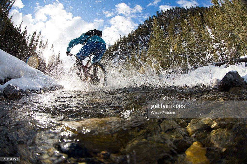 Winter Mountain Bike Creek Crossing : Foto de stock