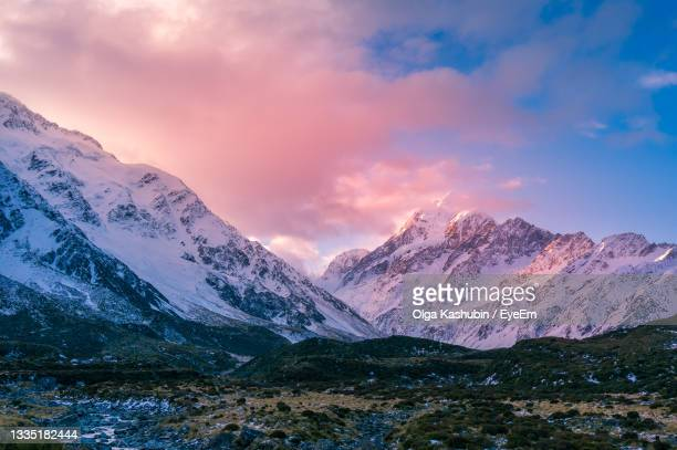 winter mountain landscape with colorful clouds at sunset. snow covered mountains nature landscape - christchurch canterbury region in neuseeland stock-fotos und bilder