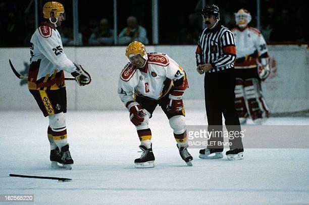 Ice Hockey A Meribel lors des JO d'hiver d'Albertville 1192 des hockeyeurs allemands et l'arbitre pendant le match de hockey sur glace France...