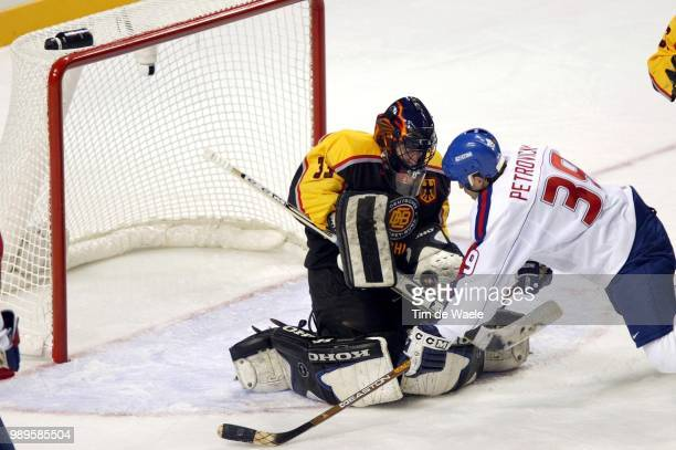 Salt Lake City Hockey Sur Glace Ice Ijshockey /German Goalie Marc Seliger Stops A Shot On Goal By Robert Petrovicky Of Slovakia In A Prelimary Match...