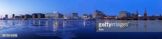 "winter panorama: frozen spree river at blue hour with berlin skyline ""mediaspree"" (kreuzberg-friedrichshain, berlin, germany) - フリードリッヒハイン ストックフォトと画像"