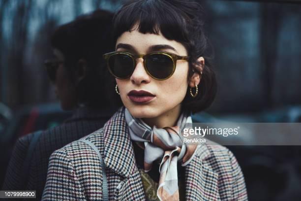 ritratto invernale di una giovane donna in città - occhiali da sole foto e immagini stock
