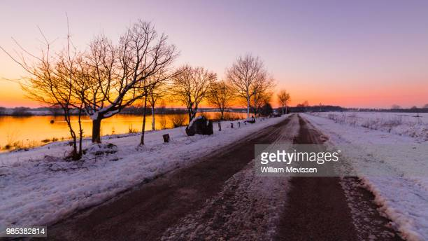 winter road sunset - william mevissen foto e immagini stock