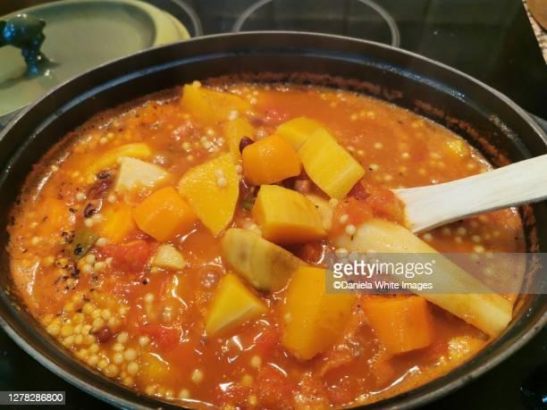 winter root vegetarian tagine - tajine fotografías e imágenes de stock