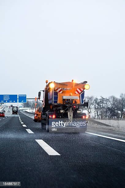 Winter-service in Aktion-Leg dich auf der autobahn road salt