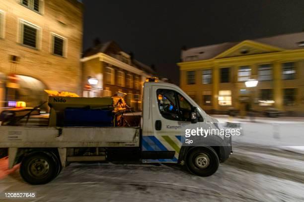 """winterservice voertuig vrachtwagen het opruimen van de wegen rond de stad kampen - """"sjoerd van der wal"""" or """"sjo"""" stockfoto's en -beelden"""