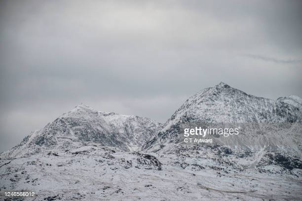 a winter snow covered mountain - mount snowdon stock pictures, royalty-free photos & images