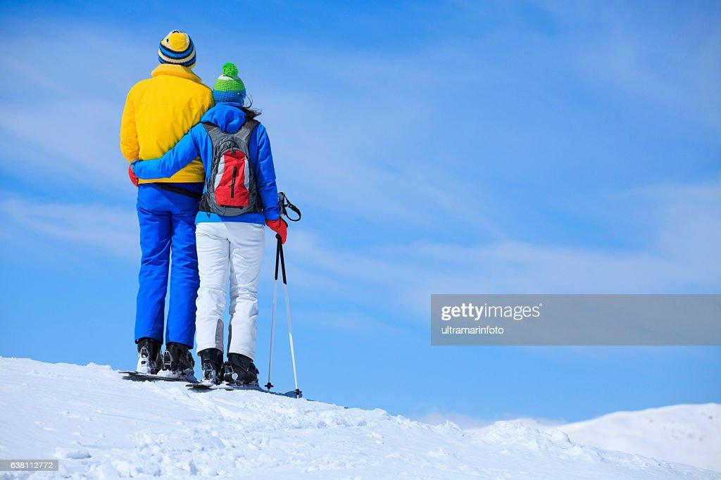 Esportes de inverno dois homens e mulheres neve esquiadores desfrutando de descanso : Foto de stock