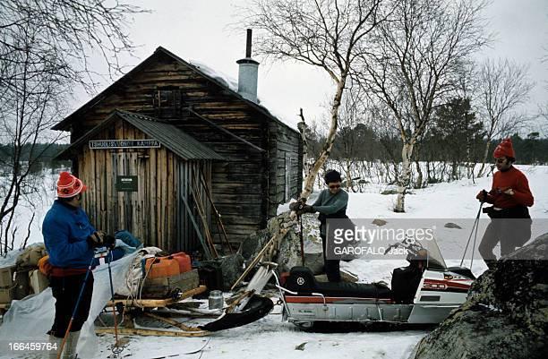 Winter Sport In Lapland Laponie avril 1975 Lors d'un raid à skis de fond parmi les Lapons Une petite cabane sert de gite pour l'étape des 15...
