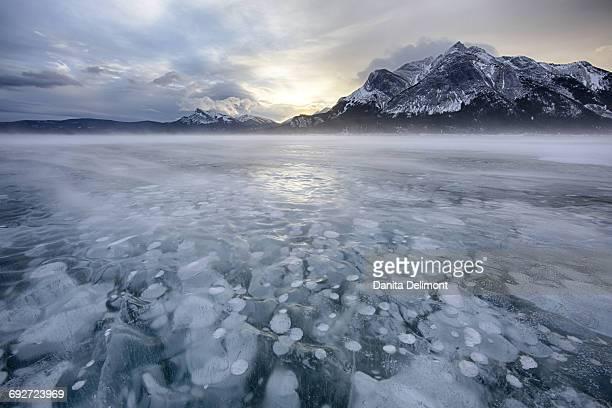 winter sunrise over lake and mount michener, abraham lake, alberta, canada - see abraham lake stock-fotos und bilder