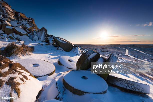 winter sunrise over millstones in the peak district, derbyshire, uk - peak district national park stock pictures, royalty-free photos & images