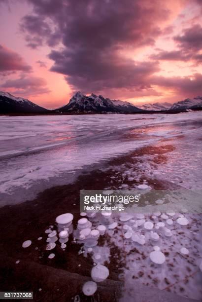 a winter sunset at preachers point on abraham lake, kootenay plains, alberta, canada - see abraham lake stock-fotos und bilder