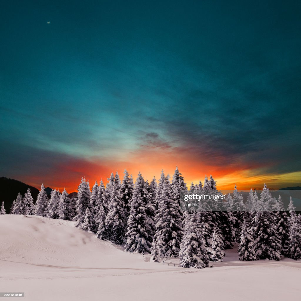 Pôr do sol nas montanhas de inverno : Foto de stock
