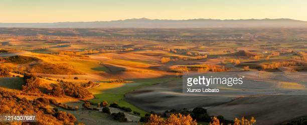 winter sunset landscape on the plain of the merindades region in burgos ,españa - comunidad autónoma de castilla y león fotografías e imágenes de stock