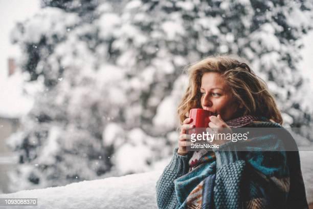 winterzeit - tee warmes getränk stock-fotos und bilder