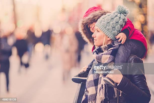 Hiver de marcher autour de la ville