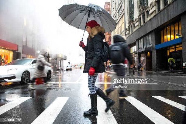 passeios de inverno em nova york - travessia de pedestres marca de rua - fotografias e filmes do acervo