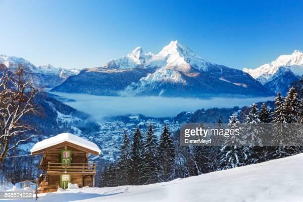 winter-wunderland mit berg-chalet in den alpen - nationalpark berchtesgaden - oberbayern stock-fotos und bilder