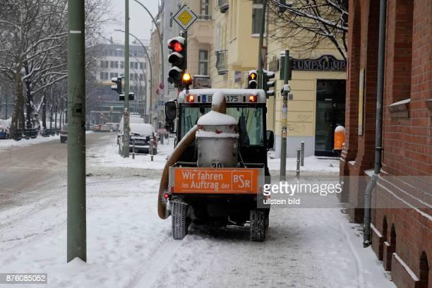Winterdeinst beräumt einen Gehweg in BerlinPrenzlauer Berg