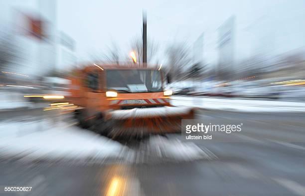 Wintereinbruch - Fahrzeuge und Mitarbeiter des Winterdienstes im Einsatz in Berlin-Prenlauer Berg