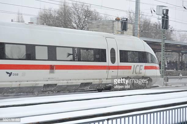 Wintereinbruch ICE der Deutschen Bahn AG fährt durch das winterliche Berlin