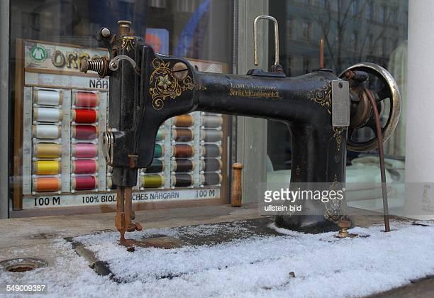 Winterfeste Aussenwerbung in der Pappelallee alte Nähmaschine ist schneebedeckt