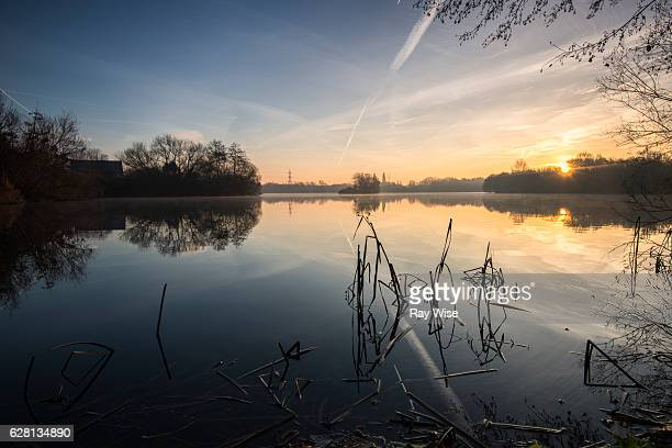 winters sunrise over wraysbury lakes - berkshire england stock pictures, royalty-free photos & images