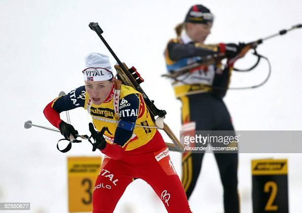 Wintersport / Biathlon WM 2004 Oberhof Massenstart / Frauen Liv Grete POIREE / NOR verlaesst den Schiesssatnd nach dem letzten Schiessen vor Katrin...