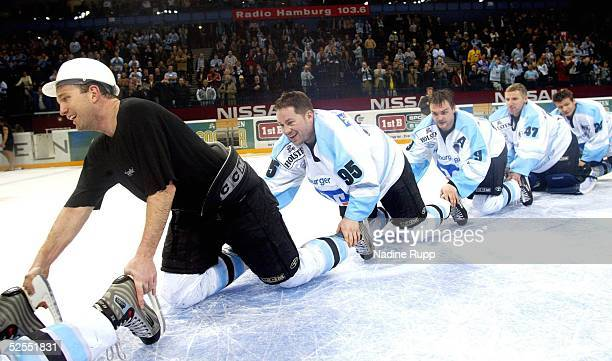 Wintersport / Eishockey: DEL 03/04, Hamburg; Hamburg Freezers - Frankfurt Lions 6:4; Jubel-Raupe der Hamburg Freezers; Kent FEARNS, Wayne HYNES,...