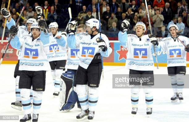 Wintersport / Eishockey: DEL 03/04, Hamburg; Hamburg Freezers - Iserlohn Roosters 4:3; Schlussjubel Freezers; George ZAJANKALA, Andrew SCHNEIDER,...