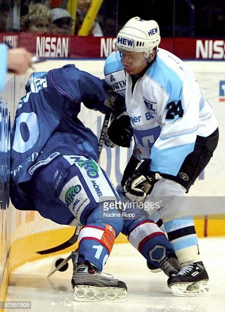 Wintersport / Eishockey: DEL 03/04, Hamburg; Hamburg Freezers - Iserlohn Roosters 4:3; Collin DANIELSMEIER / Roosters, Rene ROETHKE / Freezers...