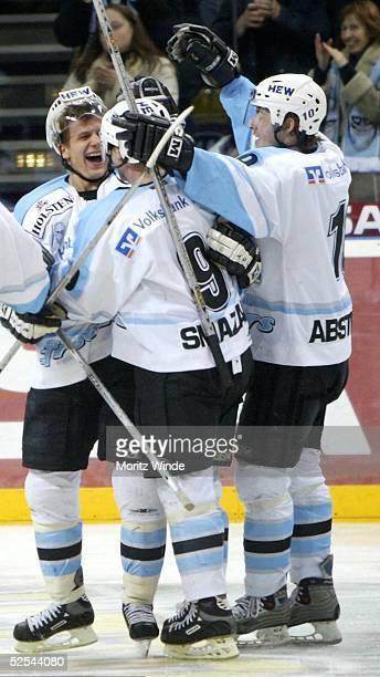 Wintersport / Eishockey: DEL 03/04, Hamburg; Hamburg Freezers - Koelner Haie; Jubel der Freezers nach dem Tor von Rene ROETHKE . Mit ihm freuen sich...
