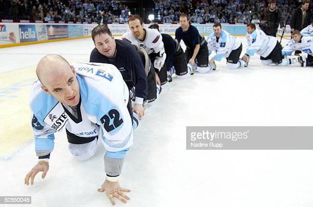 Wintersport / Eishockey DEL 03/04 Hamburg Hamburg Freezers Krefeld Pinguine 72 JubelRaupe der Freezers Brad PURDIE Wayne HYNES Andrew SCHNEIDER Kent...
