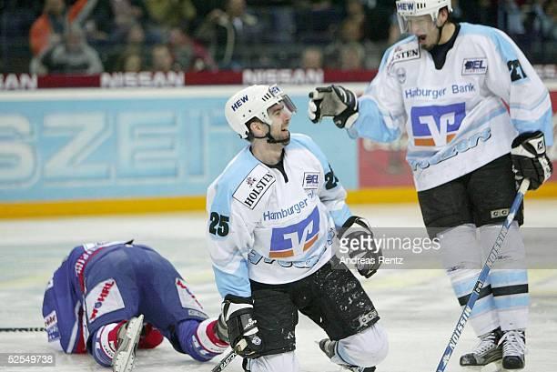 Wintersport / Eishockey DEL 03/04 Hamburg Hamburg Freezers Nuernberg Ice Tigers Steve WASHBURN und Bobby HOUSE / Freezers jubeln ueber das 31 Links...