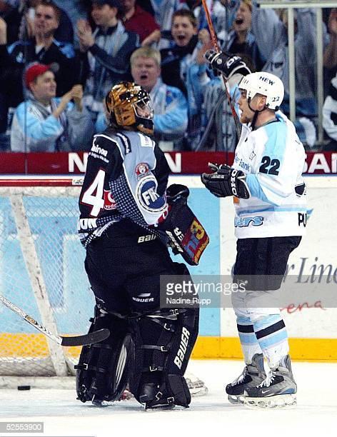 Wintersport / Eishockey DEL 03/04 Play Off / 3Spiel Hamburg Hamburg Freezers Frankfurt Lions Brad PURDIE der die Vorlage zum 21 fuer die Freezers...