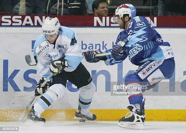 Wintersport / Eishockey: DEL 03/04 Play Off, Hamburg; Hamburg Freezers - Adler Mannheim; Rene ROETHKE / Freezers, Michael BAKOS / Mannheim 19.03.04.
