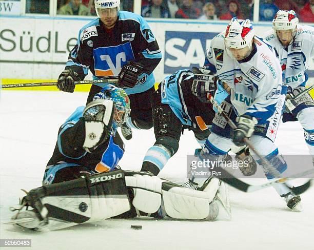 Wintersport / Eishockey DEL 03/04 Play Off Mannheim Adler Mannheim Hamburg Freezers vl Torwart Boris ROUSSON Shane PEACOCK Heiko SMAZAL / Hamburg...