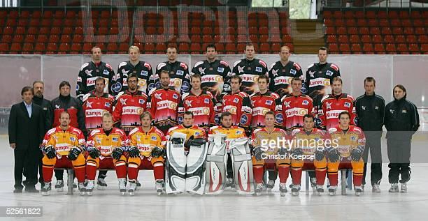Wintersport / Eishockey DEL 04/05 Duesseldorf Metro Stars Duesseldorf / Portraittermin Mannschaftsfoto Hintere Reihe von links Andrew SCHNEIDER...