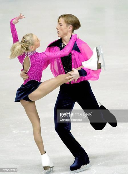 Wintersport / Eiskunstlauf WM 2004 Dortmund Kurzprogramm Paare Julia OBERTAS und Sergei SLAVNOV / RUS 220304