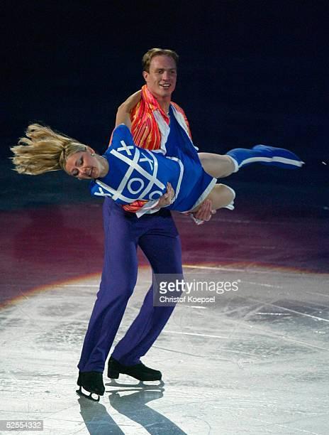 Wintersport / Eiskunstlauf WM 2004 Dortmund Schaulaufen Tatiana NAVKA und Roman KOSTOMAROV / RUS 280304