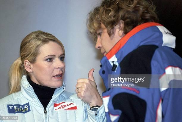 Wintersport / Eisschnelllauf EM 2004 Mehrkanpf Heerenveen Gunda NIEMANNSTIRNEMANN moderierte an der Seite von Michael STEINBRECHER fuer das ZDF 100104