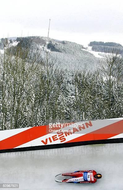 Wintersport / Rodeln: Weltcup 04/05, Winterberg; Feature Rennrodelbahn und Sauerlaender Landschaft und Rennrodler Patrick SCHWIENBACHER / ITA in der...