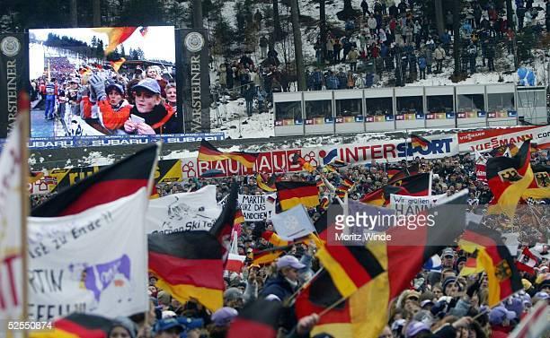 Wintersport / Ski Nordisch / Skispringen Weltcup 03/04 K130 Willingen jubelnde Fans 140204