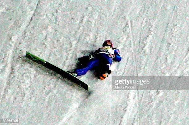 Wintersport / Ski Nordisch / Skispringen Weltcup 04/05 Willingen Alexander HERR / GER liegt nach einem Sturz am Boden 080105