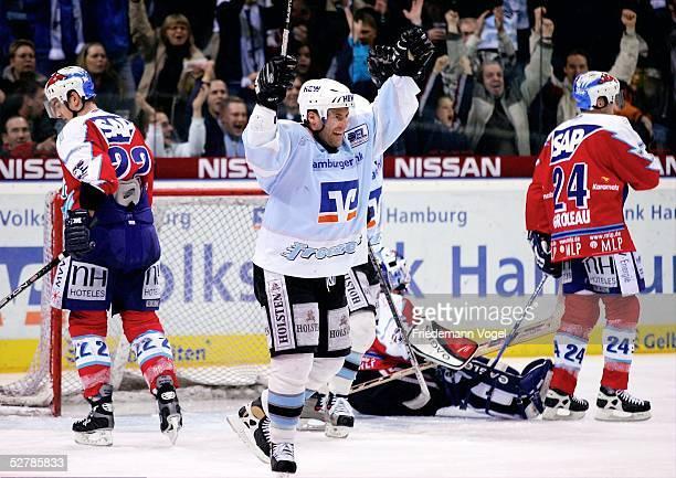 Wintersport/Eishockey DEL 04/05 Hamburg 280105Hamburg Freezers Adler Mannheim Michael BAKOS/Mannheim Clayton YOUNG/Freezers Francois GROLEAU/Mannhe