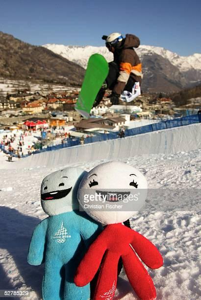 Wintersport/Snowboard : Weltcup 04/05, Bardonecchia, 08.02.05 ;Ein Snowboarder faehrt waehrend des Training in der Halfpipe neben den Maskottchen...